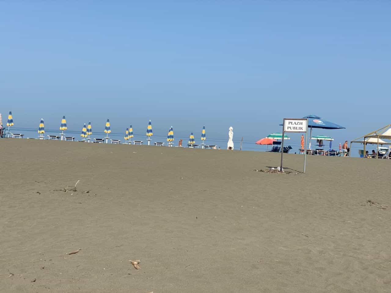 Plazhi i Shëngjinit, ndotja, çmimet dhe parkimet po largojnë turistët